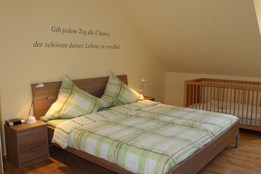 Modernes Schlafzimmer mit Kinderbett