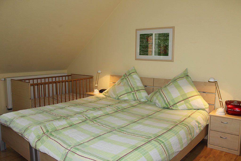 Einzelbetten mit Kinderbett Ferienwohnung Nr. 7 auf dem Gutshof Schulze Althoff